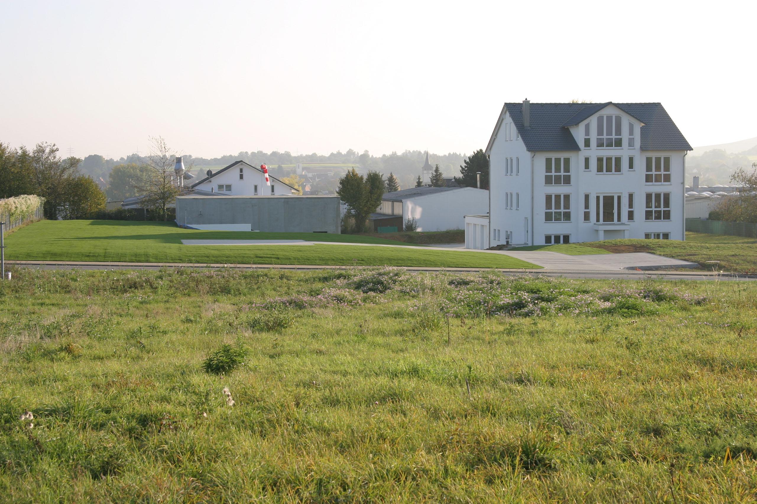 Helikopterhalle und Landeplatz